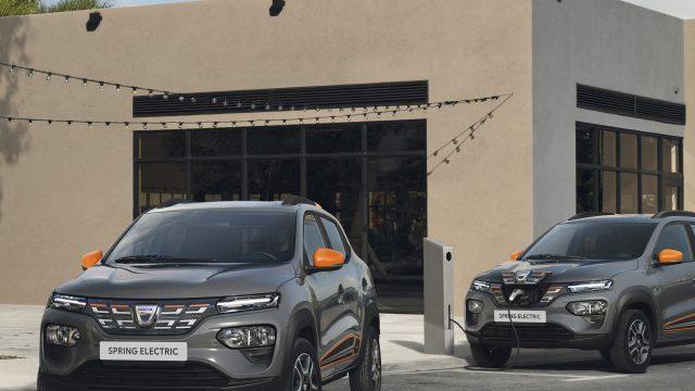 Dacia Spring Electric driekwart voor rijdt weg
